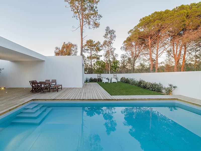 4 razones por las que construir una piscina en el jard n for Mantenimiento de piscinas madrid